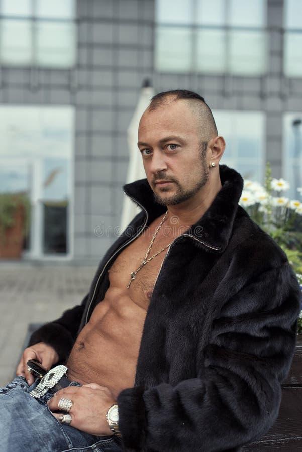 Μαυρισμένος τύπος σε ένα παλτό βιζόν στοκ φωτογραφία με δικαίωμα ελεύθερης χρήσης