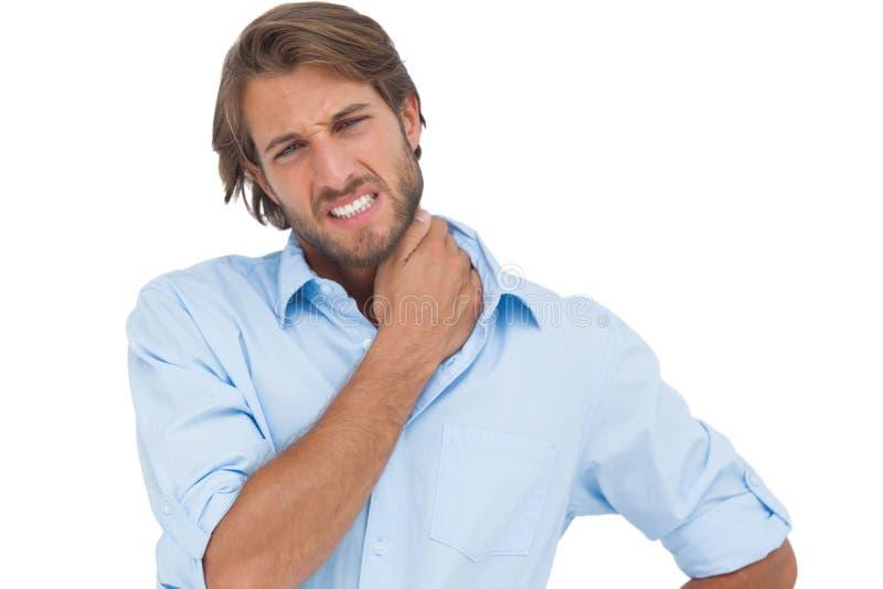 Μαυρισμένο άτομο που έχει έναν πόνο λαιμών στοκ φωτογραφία με δικαίωμα ελεύθερης χρήσης