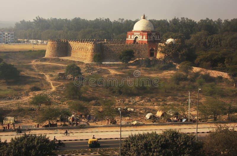 Μαυσωλείο Ghiyath Al-DIN Tughluq που βλέπει από το οχυρό Tughlaqabad, στοκ φωτογραφίες