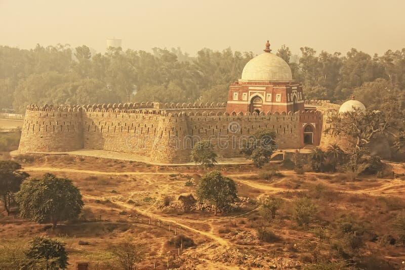 Μαυσωλείο Ghiyath Al-DIN Tughluq που βλέπει από το οχυρό Tughlaqabad, στοκ εικόνες