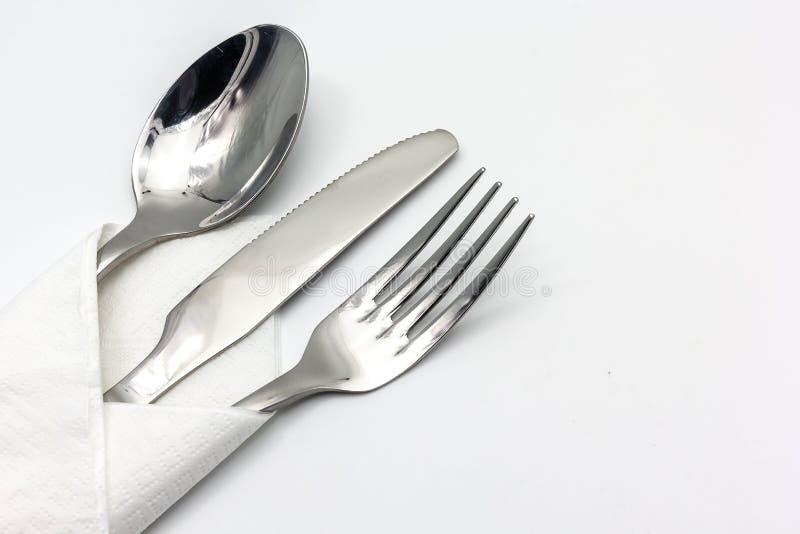 Μαχαίρι, δίκρανο και κουτάλι με serviette, που απομονώνεται στο άσπρο υπόβαθρο στοκ φωτογραφίες