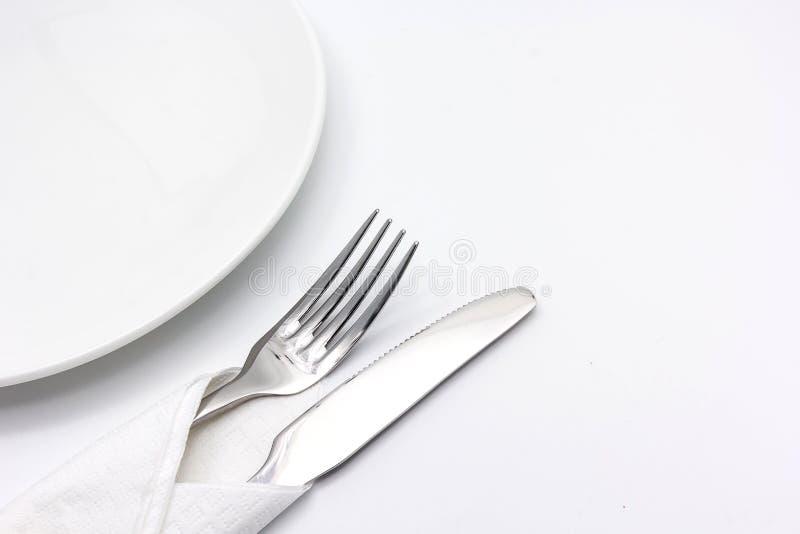 Μαχαίρι και δίκρανο με serviette, που απομονώνεται στο άσπρο υπόβαθρο στοκ φωτογραφία
