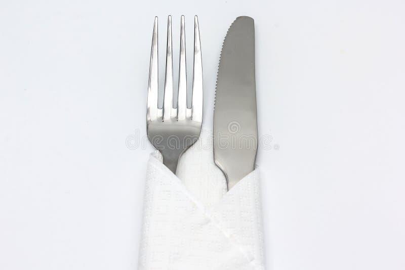 Μαχαίρι και δίκρανο με serviette, που απομονώνεται στο άσπρο υπόβαθρο στοκ εικόνες με δικαίωμα ελεύθερης χρήσης