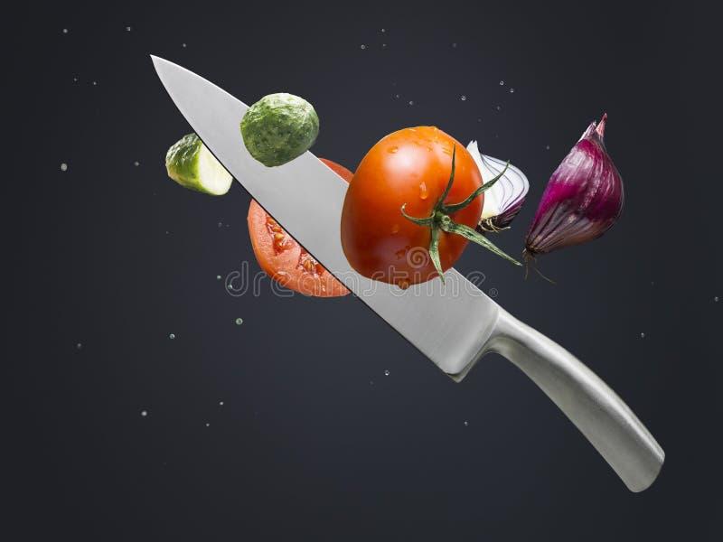 Μαχαίρι και λαχανικά στοκ εικόνες