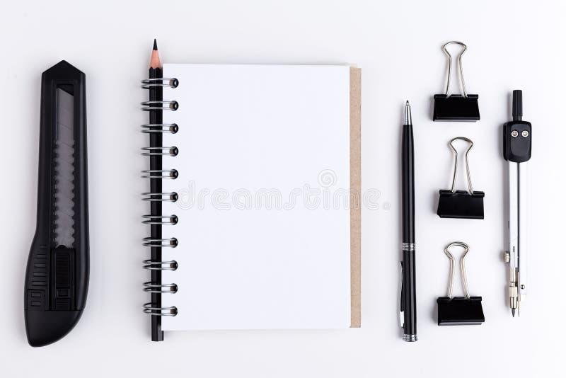 Μαχαίρι και σημειωματάριο χαρτικών στοκ φωτογραφίες με δικαίωμα ελεύθερης χρήσης