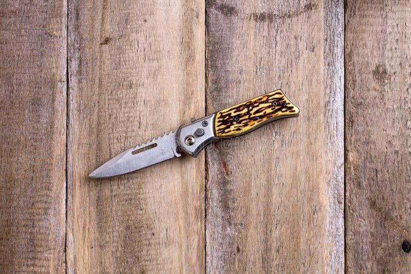 μαχαίρι κυνηγιού στο ξύλο στοκ φωτογραφία
