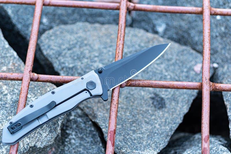 Μαχαίρι με ένα κλιπ για μεταφορά στην τσέπη σας Σουγιά Μαχαίρι στο κλουβί στοκ φωτογραφίες με δικαίωμα ελεύθερης χρήσης