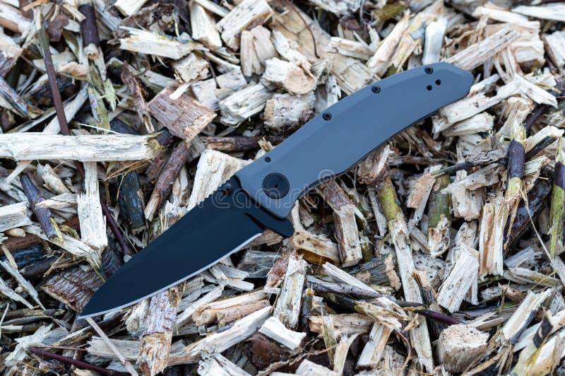 Μαχαίρι με μαύρη λεπίδα και σιδερένια λαβή στοκ εικόνες