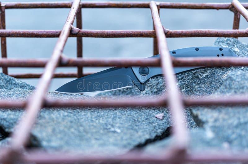 Μαχαίρι στις πέτρες Μαχαίρι πίσω από τα κάγκελα Το μαχαίρι στο κλουβί στοκ φωτογραφίες με δικαίωμα ελεύθερης χρήσης