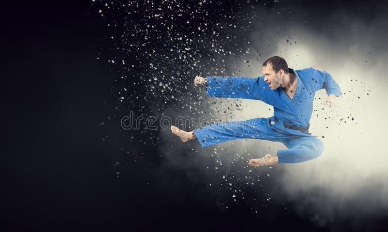 Μαχητής που ασκεί την τέχνη του στοκ φωτογραφία με δικαίωμα ελεύθερης χρήσης