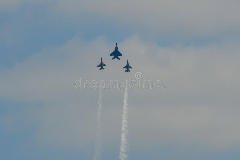 Μαχητικά αεροσκάφη που πετούν για την επίδειξη στοκ εικόνα