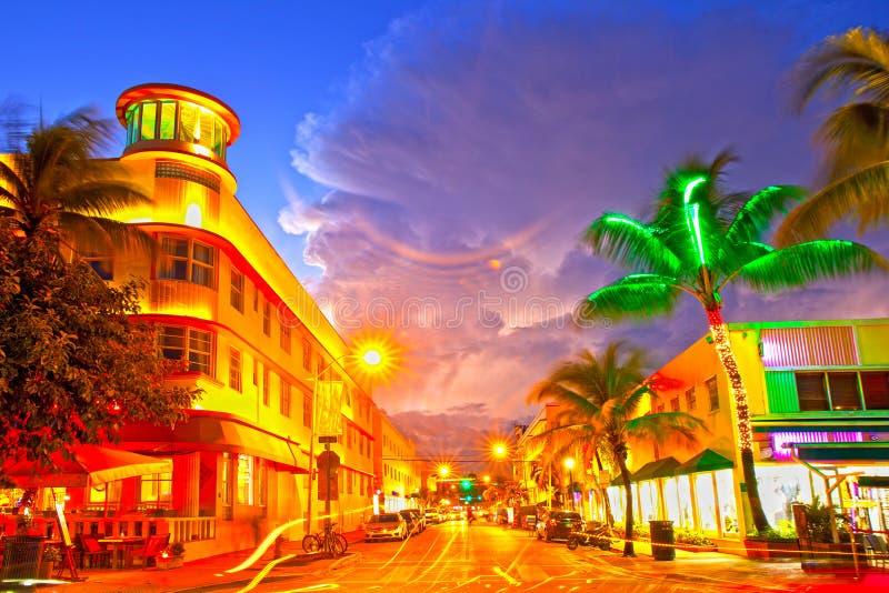 Μαϊάμι Μπιτς, ξενοδοχεία κινούμενης κυκλοφορίας της Φλώριδας και εστιατόρια στο ηλιοβασίλεμα στο ωκεάνιο Drive στοκ φωτογραφία με δικαίωμα ελεύθερης χρήσης