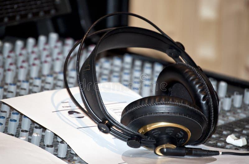 Μαύρα ακουστικά σε μια κονσόλα σε ένα στούντιο καταγραφής στοκ φωτογραφία