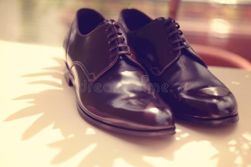 Μαύρα λαμπρά παπούτσια ατόμων στοκ φωτογραφία