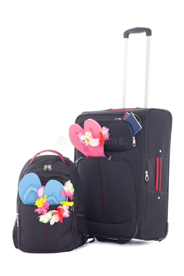 Μαύρα βαλίτσα και σακίδιο πλάτης ταξιδιού beachwear που απομονώνεται με στο wh στοκ φωτογραφία με δικαίωμα ελεύθερης χρήσης