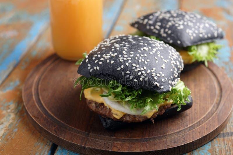 Μαύρα βρώμικα burgers στοκ φωτογραφία
