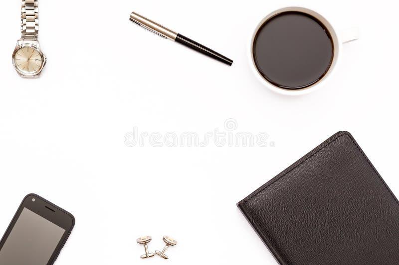 Μαύρα ημερολόγιο, μάνδρα, φλυτζάνι του μαύρου καφέ και τηλέφωνο στο άσπρο υπόβαθρο Ελάχιστη επιχειρησιακή έννοια για τον υπολογισ στοκ εικόνα με δικαίωμα ελεύθερης χρήσης