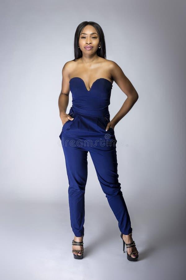 Μαύρα θηλυκά πρότυπα φορώντας μπλε εσώρουχα μόδας στοκ φωτογραφία