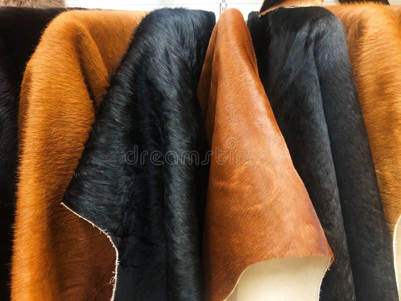 Μαύρα και καφετιά δέρματα αγελάδων στο κατάστημα στοκ εικόνες