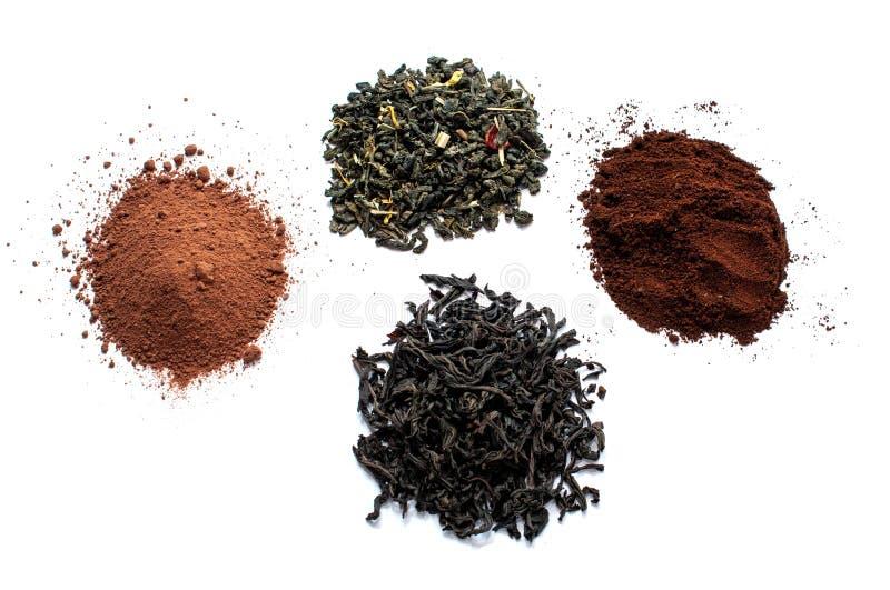 Μαύρα και πράσινα ξηρά φύλλα τσαγιού, καφές κακάου και εδάφους που απομονώνεται στο άσπρο υπόβαθρο στοκ φωτογραφίες