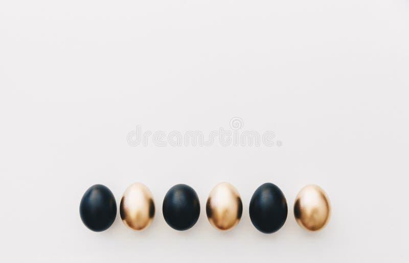 Μαύρα και χρυσά αυγά Ελάχιστο υπόβαθρο Πάσχας στοκ εικόνα με δικαίωμα ελεύθερης χρήσης