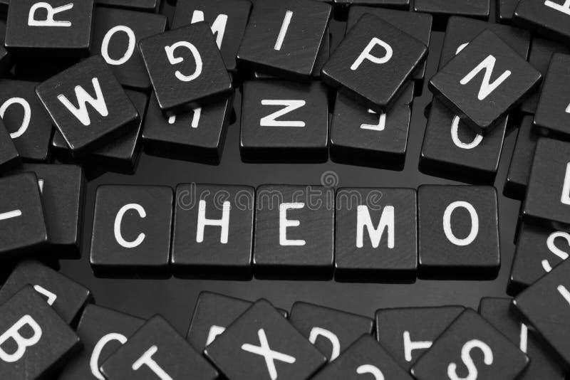 Μαύρα κεραμίδια επιστολών που συλλαβίζουν τη λέξη & x22 chemo& x22  στοκ φωτογραφίες