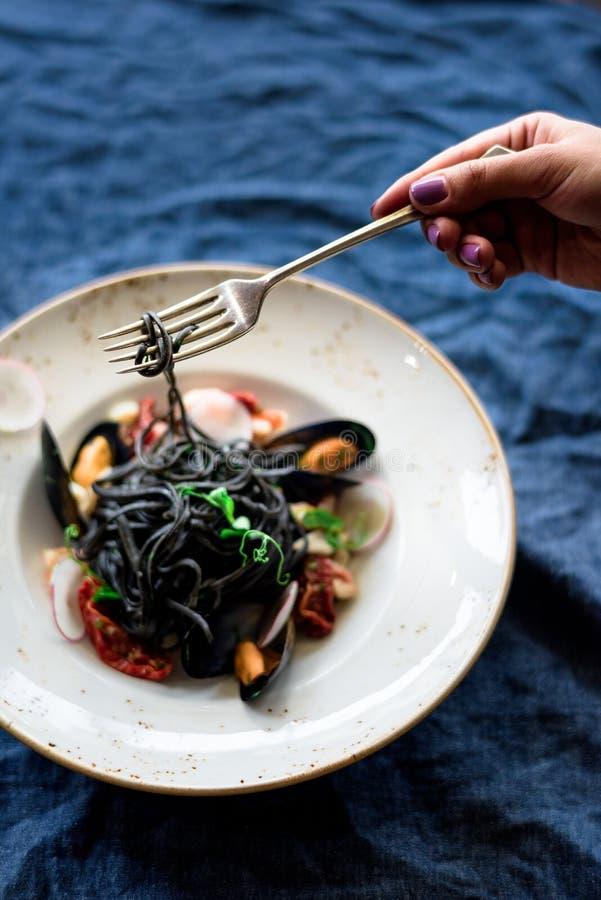 Μαύρα μακαρόνια σε ένα πιάτο στοκ φωτογραφία με δικαίωμα ελεύθερης χρήσης