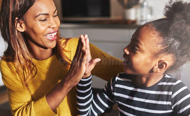 Μαύρα μητέρα και παιδί υψηλά πέντε στοκ φωτογραφία