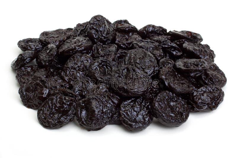 μαύρα ξηρά δαμάσκηνα χουφτών στοκ φωτογραφίες