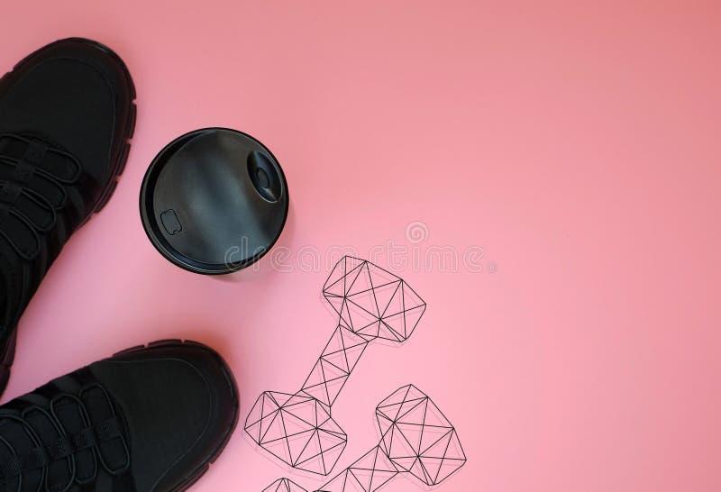 Μαύρα πάνινα παπούτσια  bottel και polygonal βάρη αλτήρων γυμναστικής στοκ φωτογραφίες με δικαίωμα ελεύθερης χρήσης