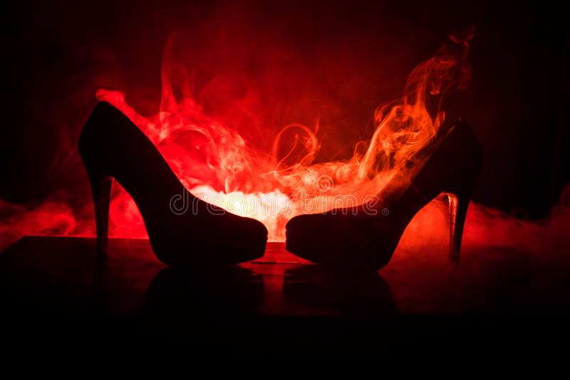 Μαύρα παπούτσια γυναικών τακουνιών σουέτ υψηλά στο σκοτεινό τονισμένο ομιχλώδες υπόβαθρο κλείστε επάνω Έννοια δύναμης γυναικών ή  στοκ εικόνες με δικαίωμα ελεύθερης χρήσης