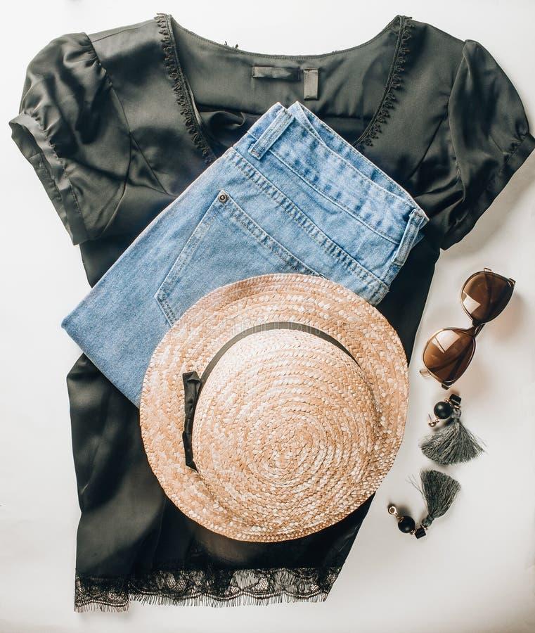 Μαύρα παπούτσια δέρματος, τζιν παντελόνι, μαύρες μπλούζες μεταξιού, γυαλιά ηλίου και σκουλαρίκια μπλε έξυπνη γυναίκα μόδας προσώπ στοκ εικόνες