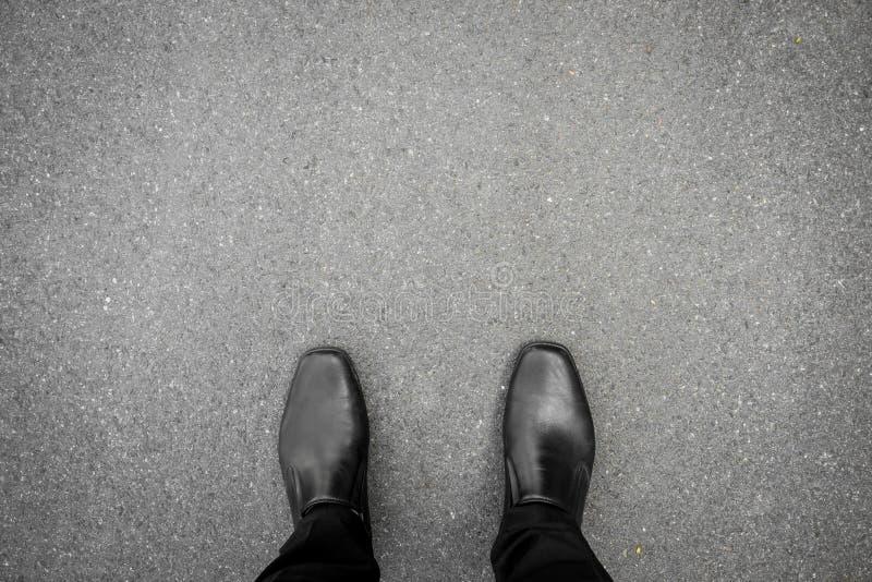 Μαύρα παπούτσια που στέκονται στο πάτωμα στοκ φωτογραφίες