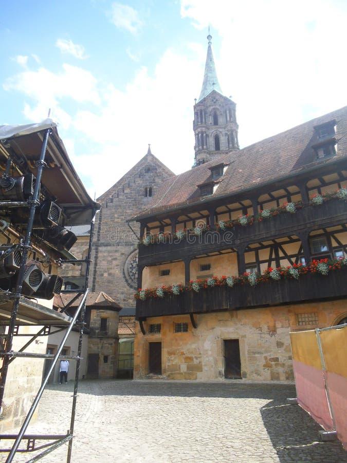 Μαύρα σκηνικά επίκεντρα και ένα ιστορικό κτήριο στη Βαμβέργη στοκ εικόνα
