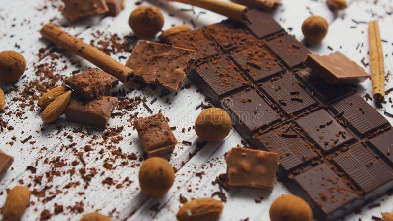 Μαύρα σοκολάτα και καρυκεύματα στοκ φωτογραφίες