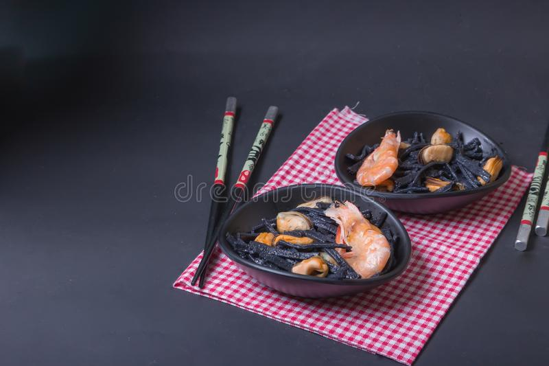 Θαλασσινά Μαύρα σπιτικά νουντλς του μελανιού σουπιών με τα μύδια και τις γαρίδες Ασιατικό ύφος, ιαπωνικά τρόφιμα στοκ φωτογραφία με δικαίωμα ελεύθερης χρήσης