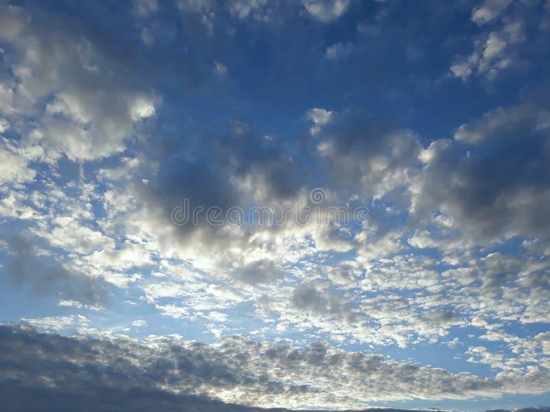 Μαύρα σύννεφα πέρα από το μπλε ουρανό στοκ εικόνες