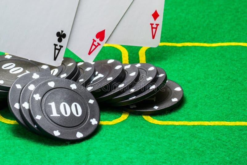 Μαύρα τσιπ πόκερ τα οποία τρεις άσσοι αφορούν στοκ εικόνες με δικαίωμα ελεύθερης χρήσης