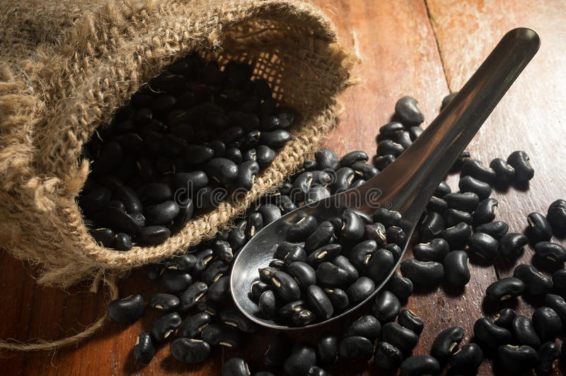 Download Μαύρα φασόλια στο κουτάλι μετάλλων με το σάκο Στοκ Εικόνα - εικόνα από συστατικό, ζωή: 62717851