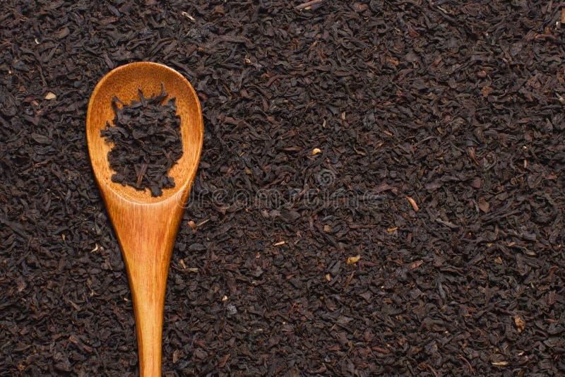 Μαύρα φύλλα τσαγιού βουνών με το ξύλινο κουτάλι στοκ φωτογραφία με δικαίωμα ελεύθερης χρήσης