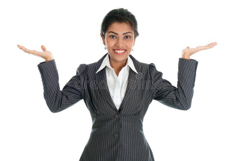 Μαύρα χέρια επιχειρηματιών που παρουσιάζουν κάτι στοκ φωτογραφίες