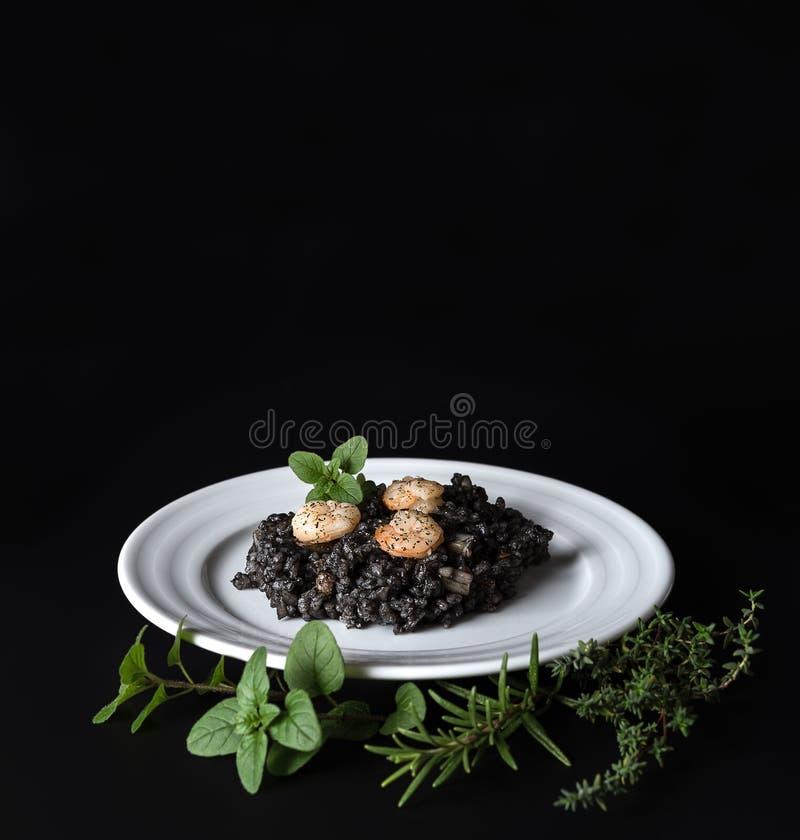 Μαύρα risotto και χορτάρια στοκ εικόνα