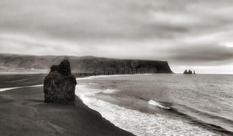 Μαύρες αμμώδεις ακτές της παραλίας Kirkjufjara στοκ εικόνα με δικαίωμα ελεύθερης χρήσης