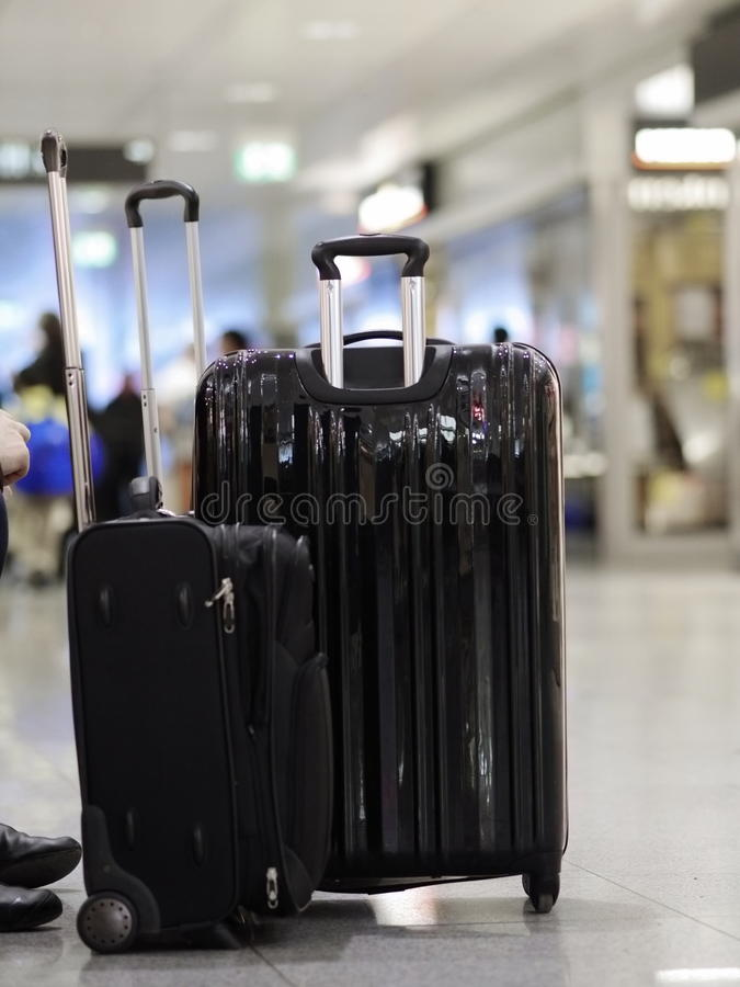 Μαύρες βαλίτσες που στέκονται τον αερολιμένα στοκ εικόνα με δικαίωμα ελεύθερης χρήσης