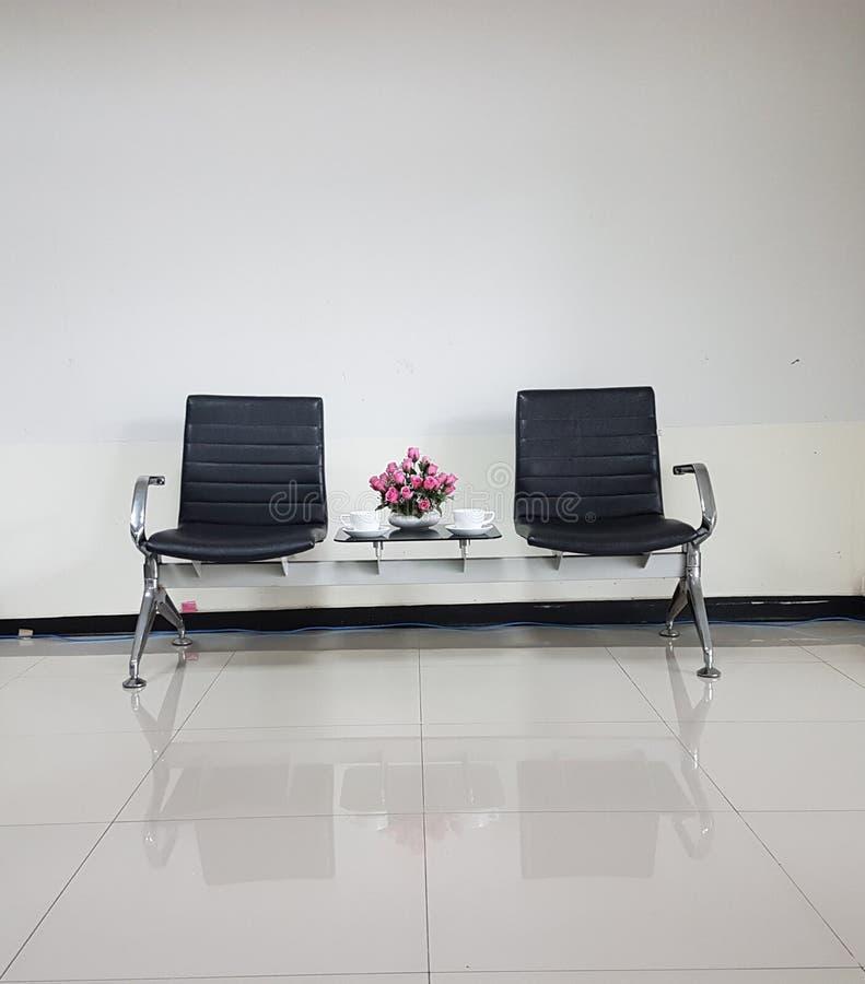 Μαύρες καρέκλες στη συνηθισμένη κενή αίθουσα αναμονής στοκ εικόνα