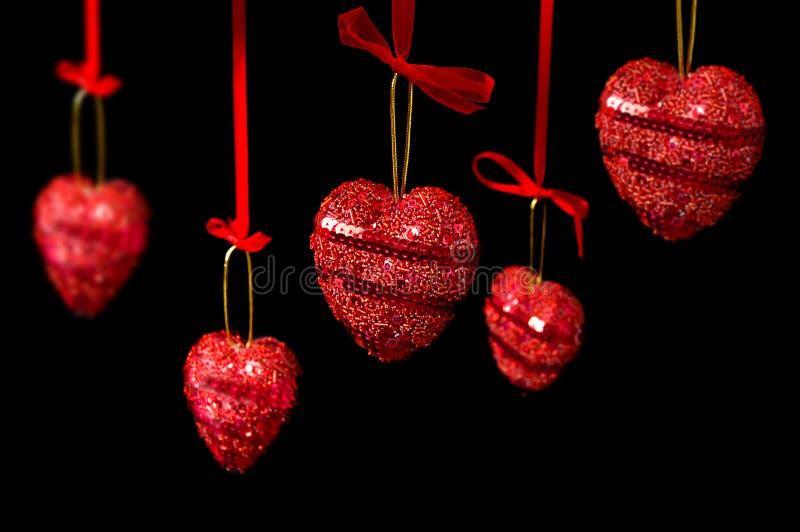 μαύρες κρεμώντας καρδιές &p στοκ φωτογραφία