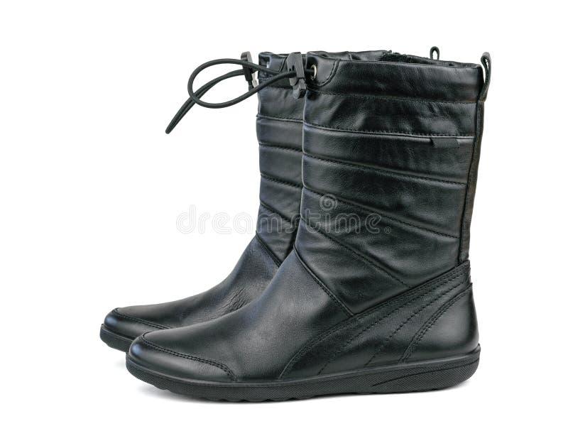 Μαύρες μπότες δέρματος για το κορίτσι στο κρύο καιρό που απομονώνεται στο άσπρο υπόβαθρο στοκ φωτογραφία