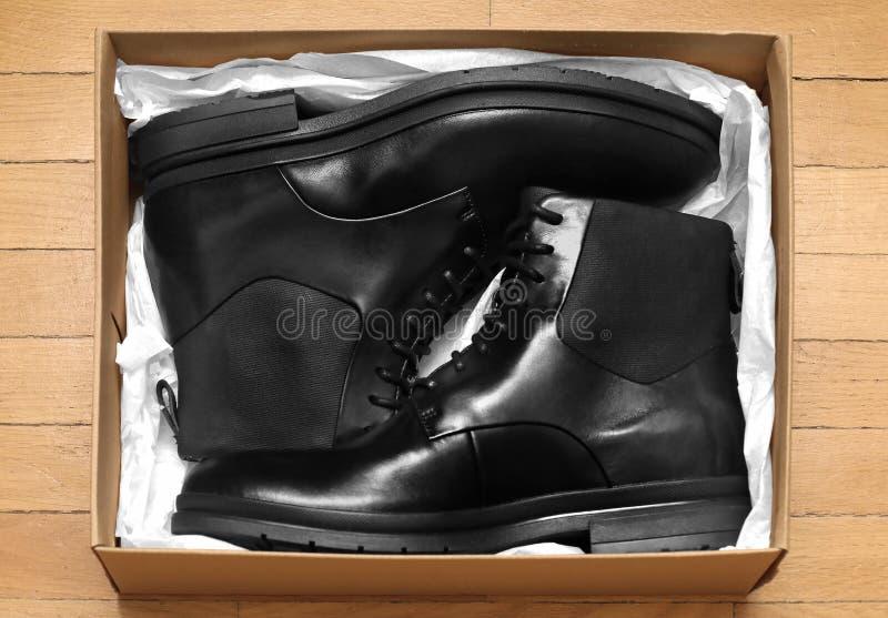 Μαύρες μπότες δέρματος μέσα στο κιβώτιο στοκ φωτογραφία με δικαίωμα ελεύθερης χρήσης