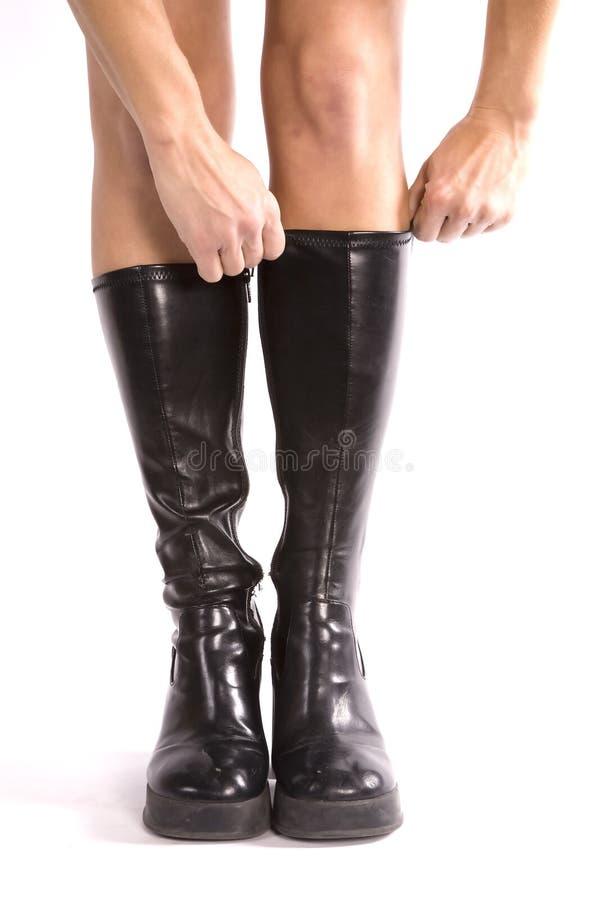 μαύρες μπότες που βάζουν &tau στοκ φωτογραφία με δικαίωμα ελεύθερης χρήσης