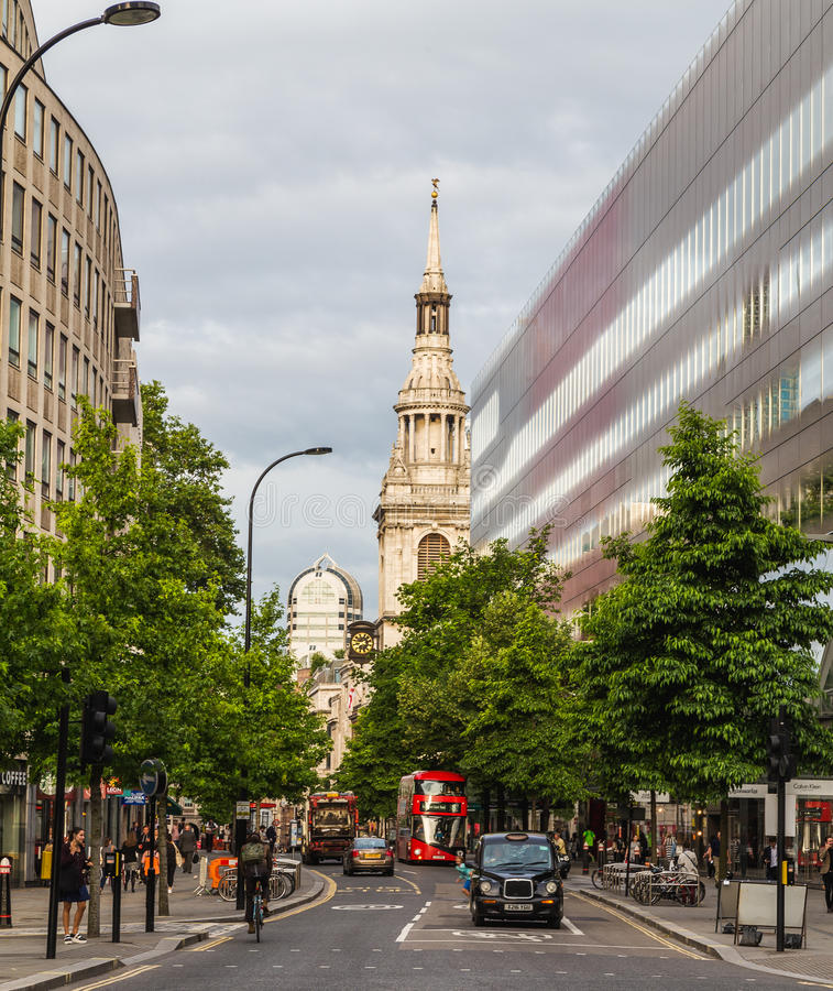 Μαύρες ταξί και κυκλοφορία του Λονδίνου στοκ εικόνες